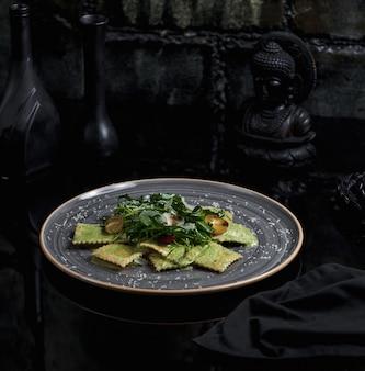 Pasta mit grüner pesto-sauce mit erdnüssen.