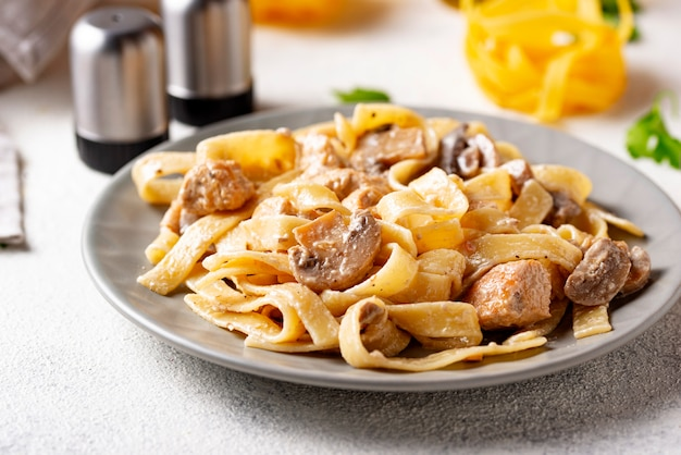 Pasta mit hähnchen und champignons