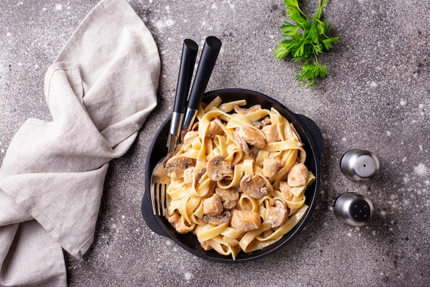 Pasta mit huhn und pilz