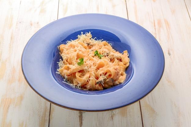 Pasta mit meeresfrüchten mit muscheln und muscheln, italien