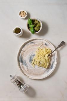 Pasta mit pesto-sauce
