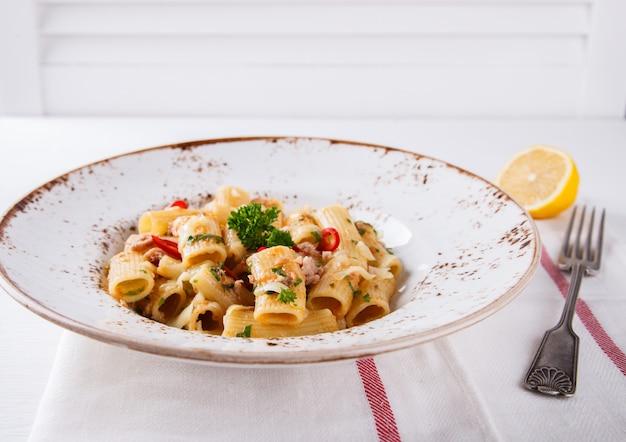 Pasta mit thunfisch, chili und petersilie