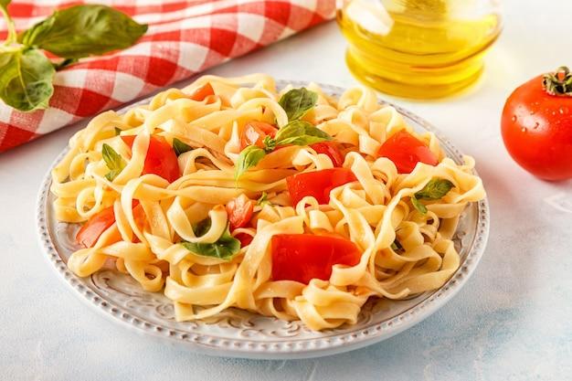 Pasta mit tomatensauce mit basilikum serviert