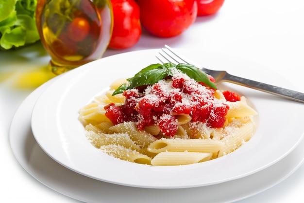 Pasta mit tomatensauce und basilikum