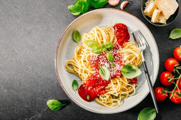 Pasta mit tomatensauce und parmesan