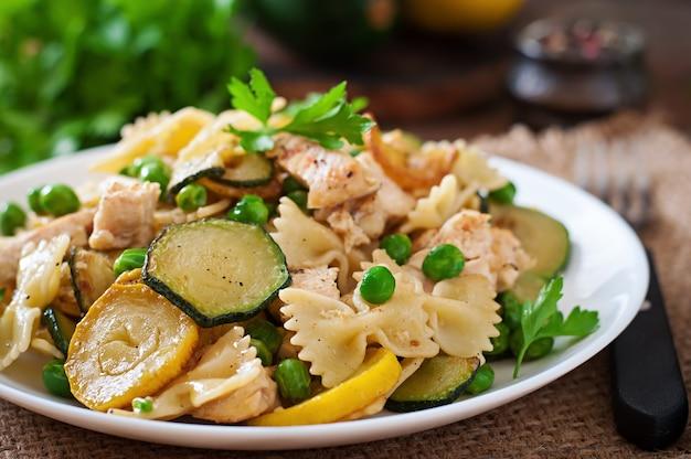 Pasta mit zucchini, hähnchen und erbsen