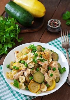 Pasta mit zucchini, huhn und erbsen