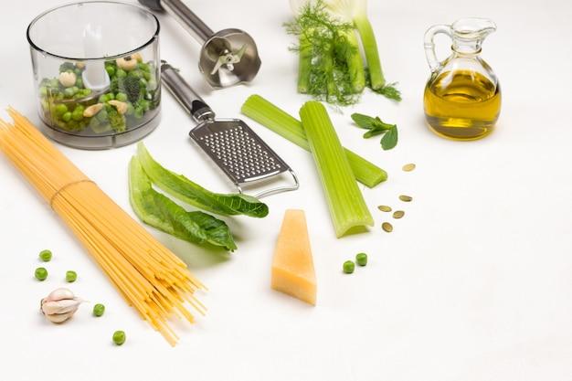 Pasta parmesan käse und reibe mixer schüssel mit gemüse