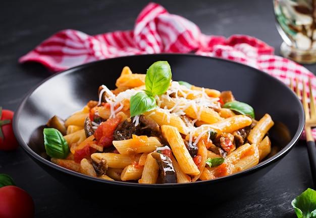 Pasta penne mit auberginen. pasta alla norma - traditionelles italienisches essen