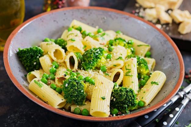 Pasta rigatoni mit brokkoli und erbsen. veganes menü. diätetisches essen