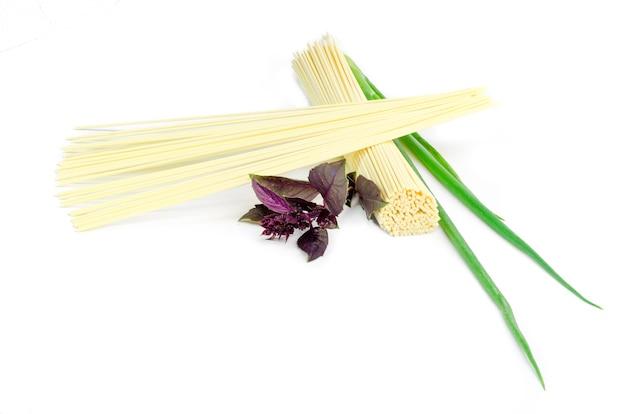 Pasta spaghetti, bazil und frühlingszwiebeln isoliert auf weiß.