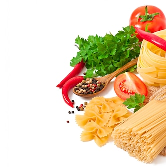 Pasta spaghetti, gemüse, gewürze isoliert auf weiß