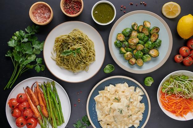 Pasta spaghetti mit zucchini, basilikum, sahne und käse auf steintisch.