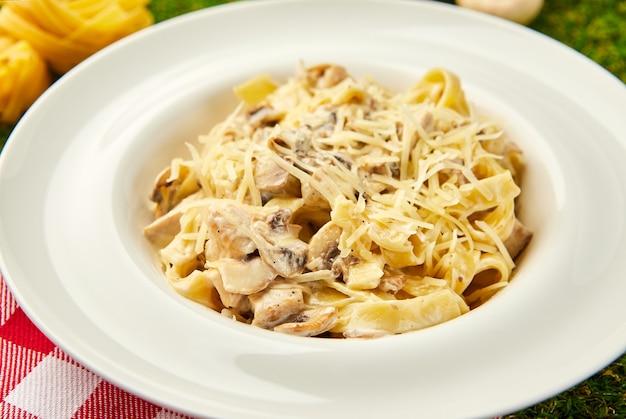 Pasta tagliatelle mit chiken, mashrooms und sahnesauce