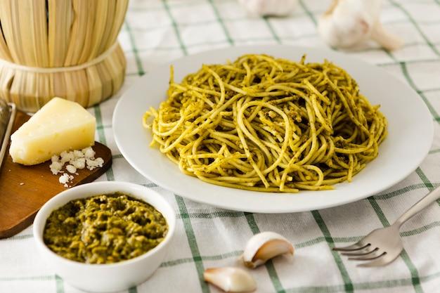 Pasta teller mit käse und knoblauch