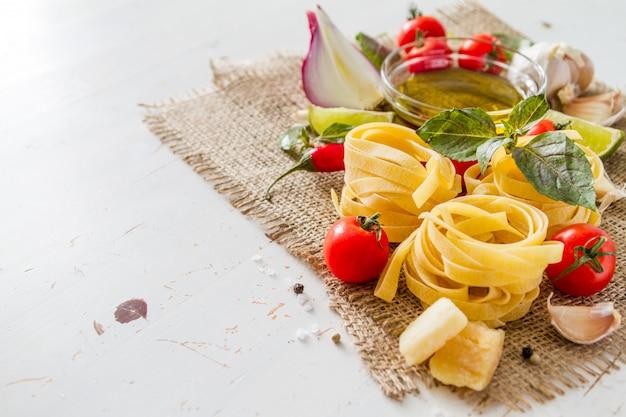 Pasta und zutaten auf rustikal
