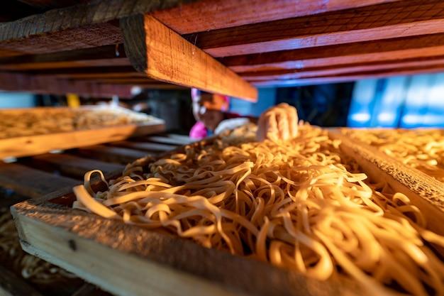 Pasta. ungekochte makkaroni trocknen. landwirtschaft und lebensmittelindustrie. rohe makkaroni-nahaufnahme.