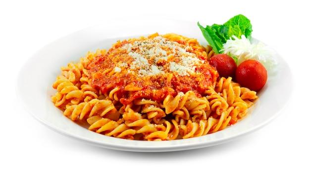 Pasta würzige tomatensauce mit parmesan bestreuen italienisches gericht fusion style