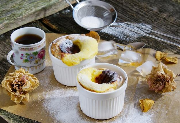 Pastel de belem (pastel de nata) - portugiesisches eierkuchengebäck