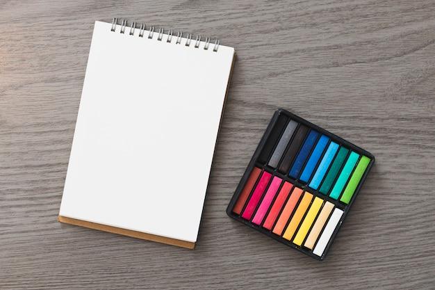 Pastell in der nähe von skizzenbuch