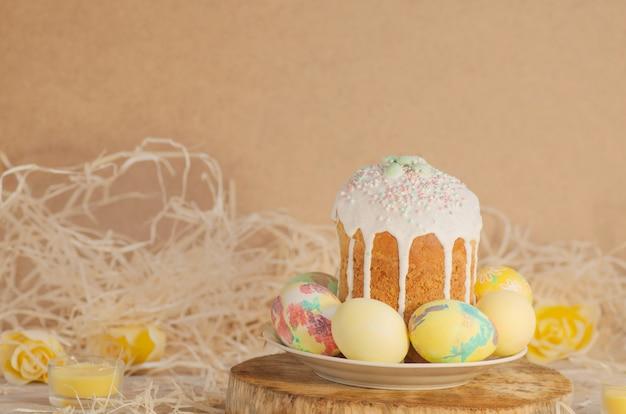 Pastell-osterei. pastell farbig verzierte ostereier und osterkuchen.