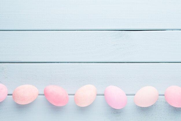 Pastell ostereier hintergrund. frühlingskarte.