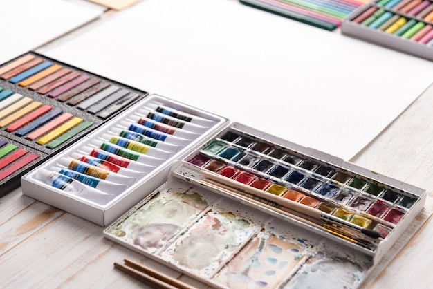 Pastell- und aquarellfarbe in kisten am arbeitsplatz des künstlers