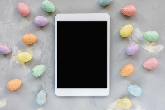 Pastell- und goldfarbene eierdekoration und tablette auf. osterfestkonzept. draufsicht, flach liegen, verspotten