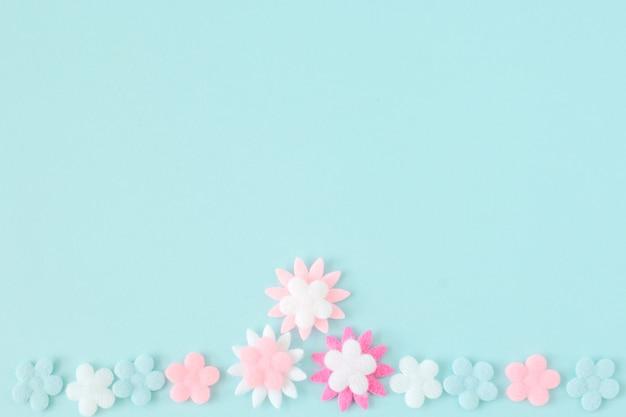 Pastellblume auf blauem farbpapierhintergrund