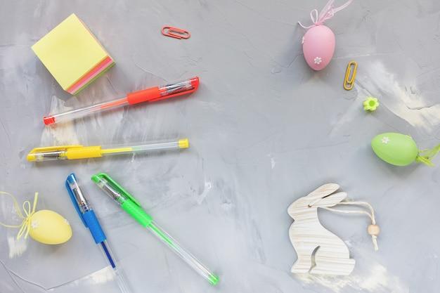 Pastellfarbene eierdekoration auf schreibtischarbeitsplatz ,. osterfestkonzept. draufsicht, flache lage, kopierraum.