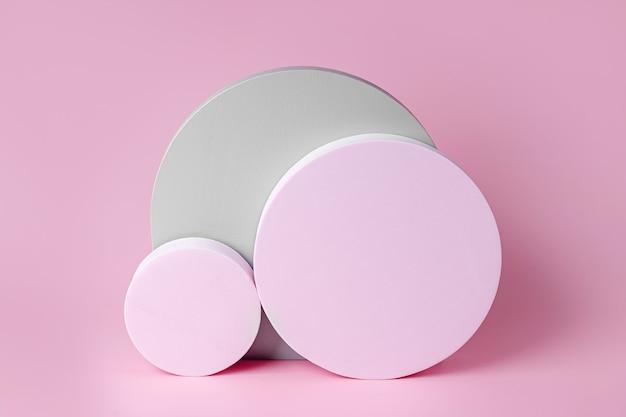 Pastellfarbene geometrische formen. grauer bogen mit rosa runden. stilvoller hintergrund für die präsentation.