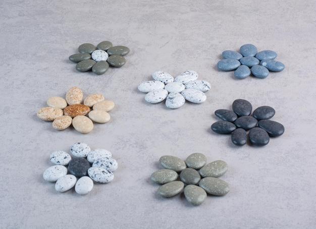 Pastellfarbene steine zum basteln auf betonoberflächen.