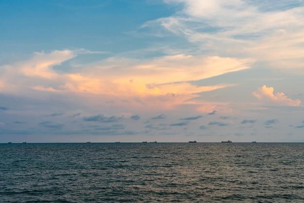 Pastellfarbener himmel und meer mit boot