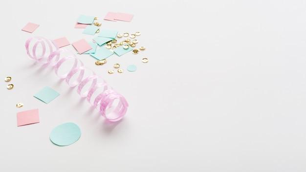Pastellfarbenes farbband mit papier- und exemplarplatz