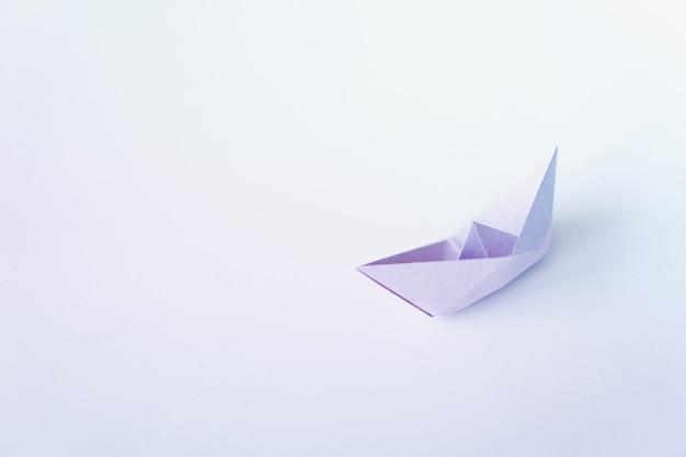 Pastellfarbpapierboot auf sauberem hintergrund mit kopienraum