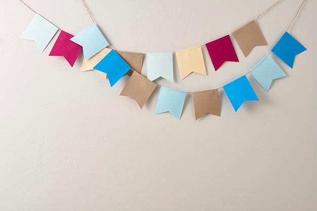 Pastellflaggenpapier geschnitten auf pastellflaggenpapier geschnitten auf helles graues wand backgroun