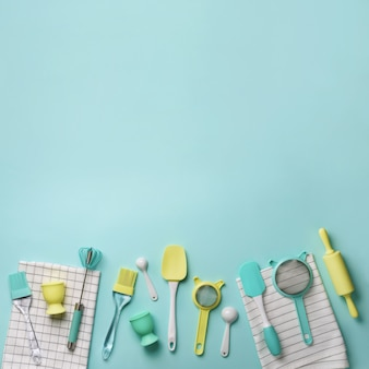 Pastellgelb, blaue kochgeräte auf türkishintergrund. inhaltsstoffe. kuchen kochen und brot backen konzept.