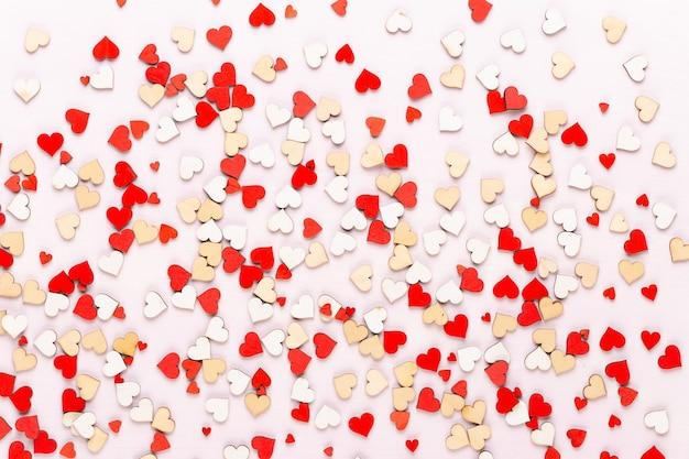 Pastellherzen der valentinstagoberfläche auf dem grauen hintergrund. grußkarte.