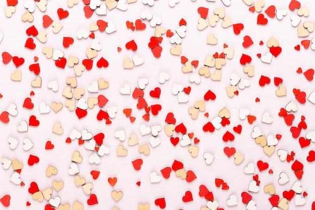Pastellherzen des valentinstaghintergrundes auf dem grauen hintergrund.