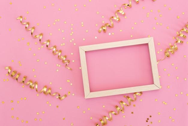 Pastellrosatabelle mit bunten ballonen und konfettis für draufsicht des geburtstages. flacher laienstil.
