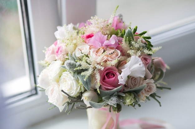 Pastellstrauß aus rosa rose und lila weißen eustoma-rosenblumen, grünes blatt. konzept des frühlingsblumenstraußes. sommer hintergrund