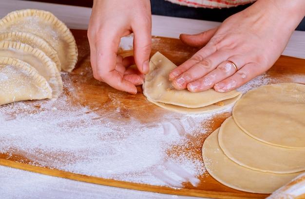 Pasteten mit kohl und fleisch von hand zubereiten