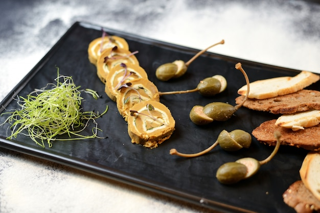 Pastetenröllchen mit kapern und croutons