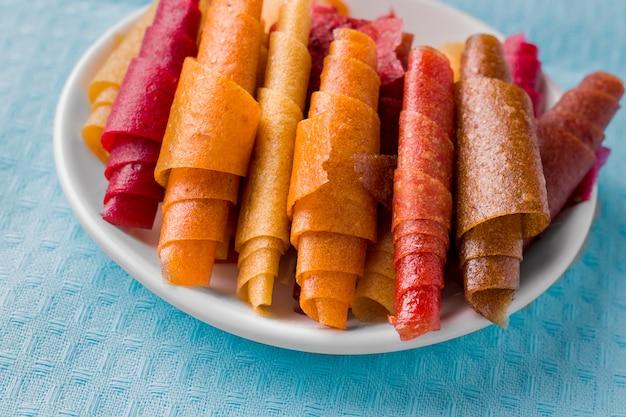 Pastilla, fruchtrollen ohne zucker auf blauem tuch