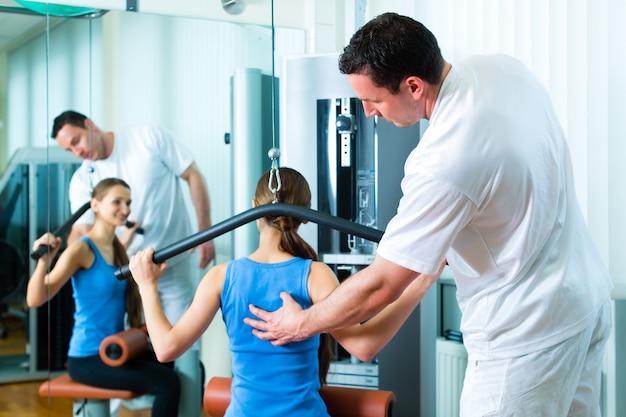 Patient bei der physiotherapie, die physiotherapie macht