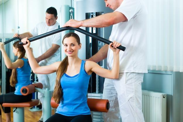 Patient bei der physiotherapie, die physiotherapie tut