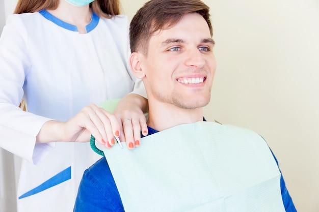 Patient, der beim zahnarzt behandelt wird