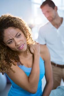 Patient, der ein problem mit nackenschmerzen ausdrückt