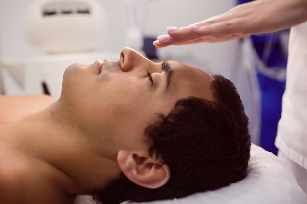 Patient, der eine gesichtsbehandlung erhält