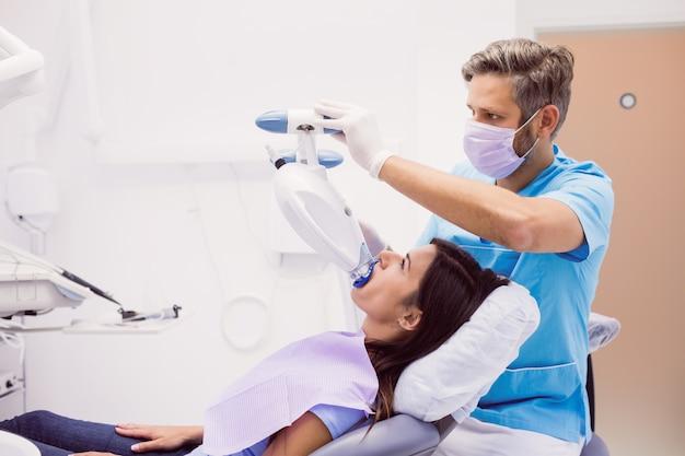 Patient, der eine zahnärztliche behandlung erhält